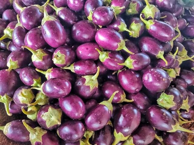 Fresh_Eggplants_in_farmers_market