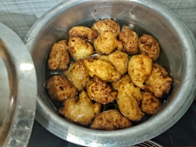 Add_fried_vadas_in_hot_water