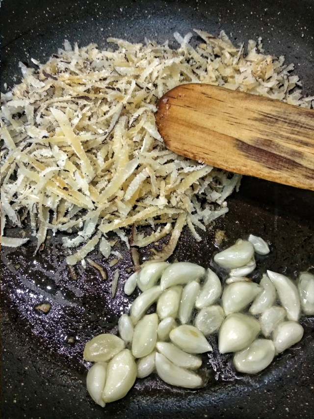 Roast_grated_coconut_and_garlic_with_a_little_oil