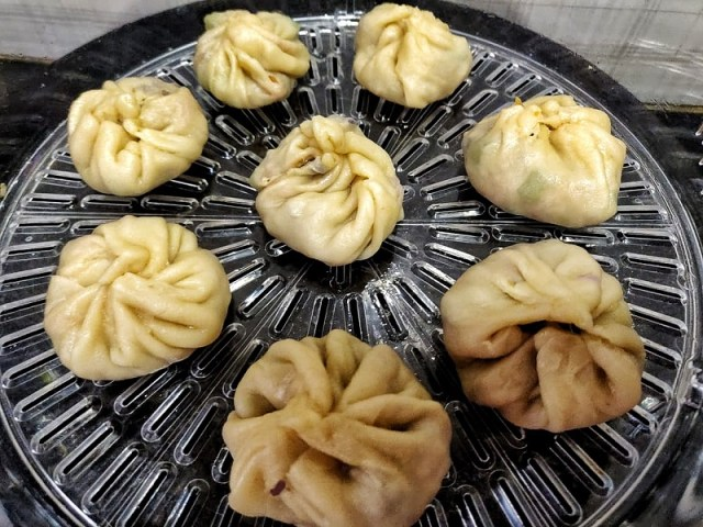 Momos_on_the_greased_steamer_plate
