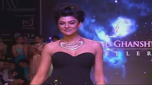 SUSHMITA SEN CLEAVAGE SHOW AT IIJW 2012 FOR BIRDICHAND GHANSHYAMDAS - YouTube[(003066)21-13-05]