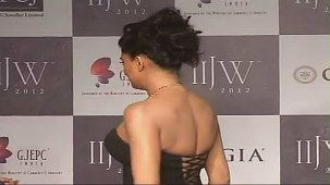 SUSHMITA SEN CLEAVAGE SHOW AT IIJW 2012 FOR BIRDICHAND GHANSHYAMDAS - YouTube[(007935)21-17-18]