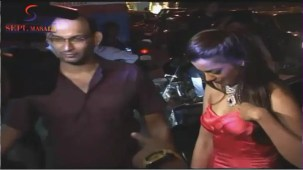 VOW !! Hot & Sexy Mugdha Godse Showing Her Deep Cleveage - YouTube[(000352)20-06-39]