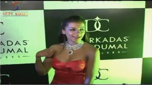 VOW !! Hot & Sexy Mugdha Godse Showing Her Deep Cleveage - YouTube[(000555)20-07-05]