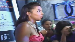 VOW !! Hot & Sexy Mugdha Godse Showing Her Deep Cleveage - YouTube[(002545)20-09-05]
