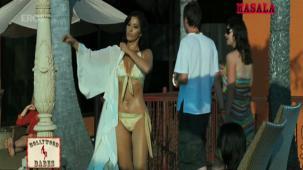 Hot n sexy Sophie in swimsuit - Aa Dekhen Zara - YouTube(3)[21-18-46]