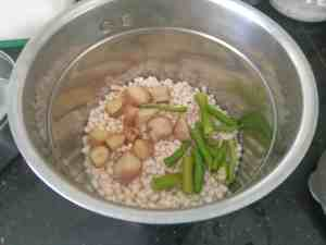 Urad dal with ginger and green chillies for dahi vada