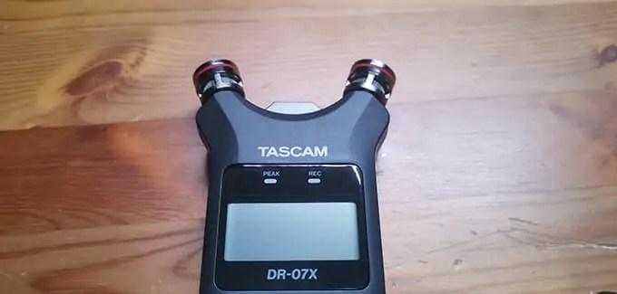 TASCAM レコーダー DR-07Xのマイク部分を広げた画像