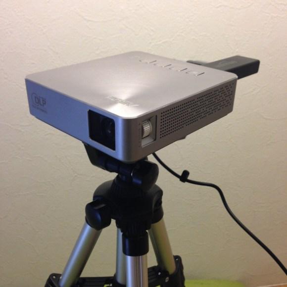 ASUSのプロジェクターにFIreTVを装着写真