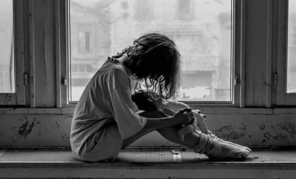 うつ病で辛くて膝を抱える人