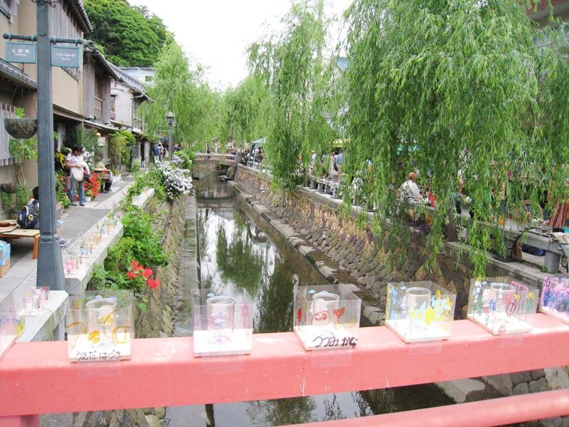 川に柳の木、橋にはキャンドルが並んでいる