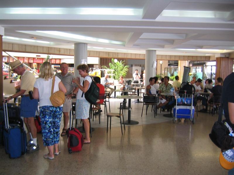 空港にいる観光客
