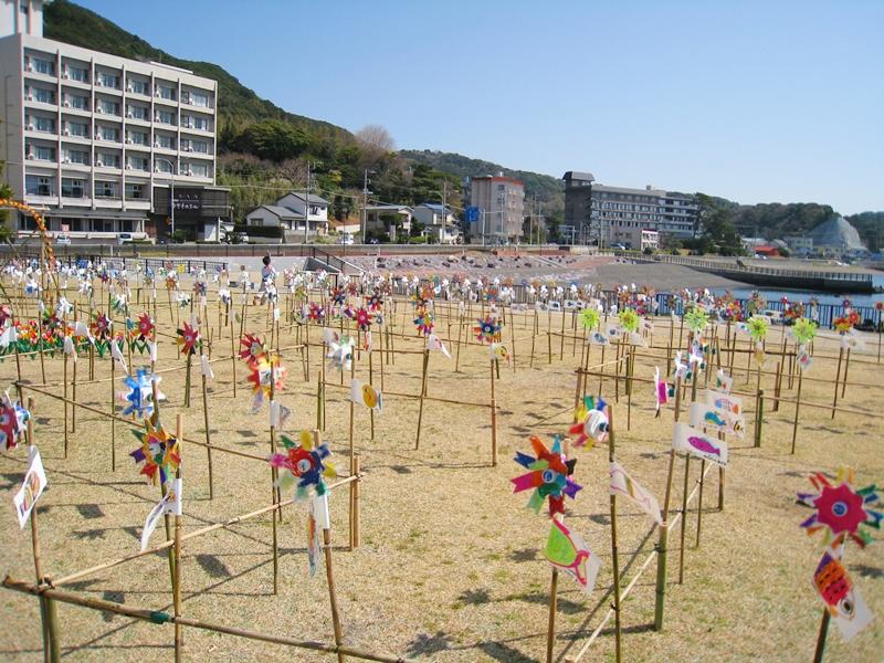 広場に並んだたくさんの風車