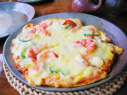 伊豆でランチできるマンダラの皿に乗ったチーズたっぷりピザ