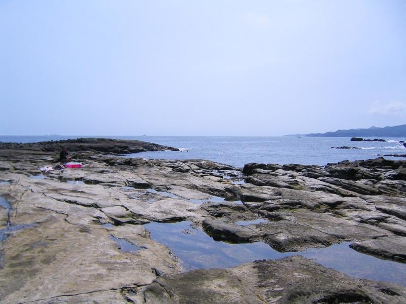 潮だまりがある海と青空