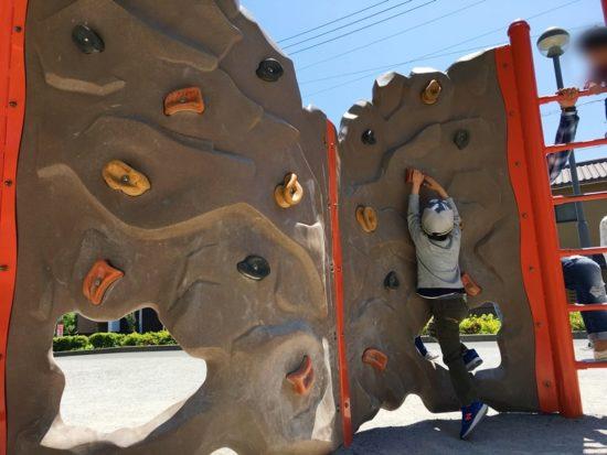 森下公園のボルダリングの壁を昇る子供