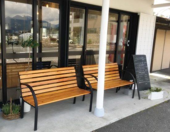 窓の外にベンチが二つ並んでいるGRIS(グリ)外観