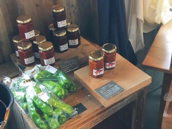 nogi農園の陳列されたジャムの瓶、枝豆が袋に入れられている