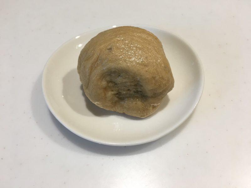 ベージュの饅頭が白い皿に乗っている