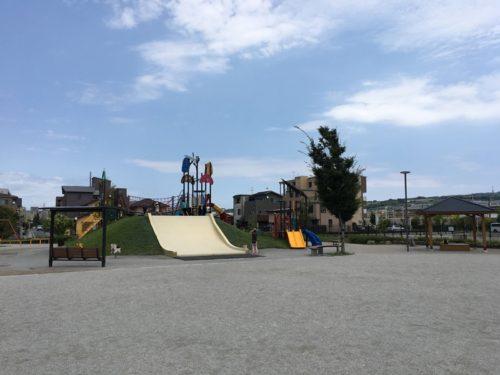 東静岡スマイル公園の広場に滑り台や遊具がみえる