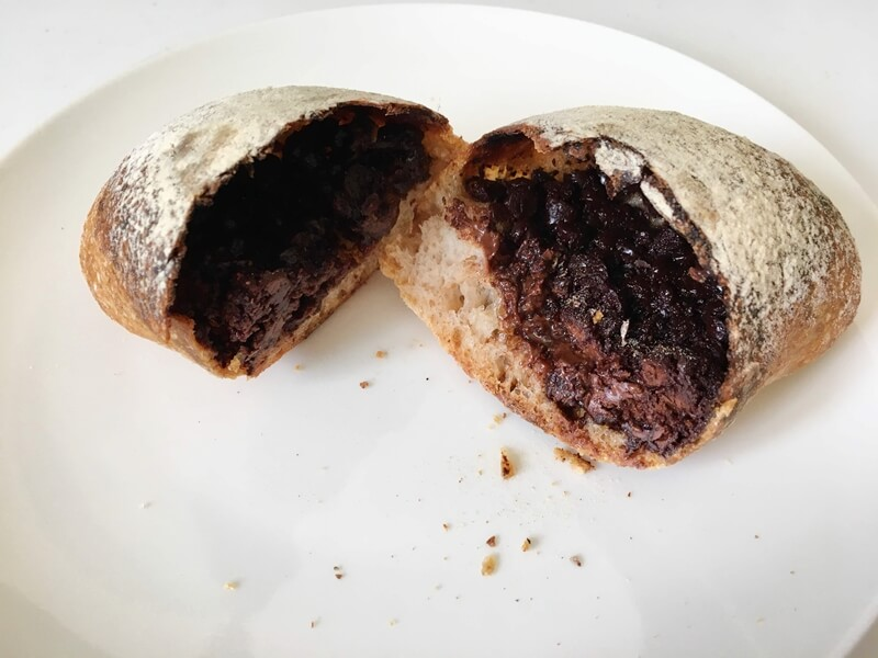 パンが二つに割れ、中にチョコが入っている