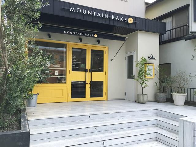 黄色の扉と白い壁のマウンテンベイク外観