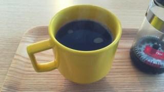 黄色いカップに入ったエスコーヒーロースターズのコーヒー