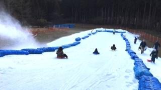富士山こどもの国で雪遊びしている
