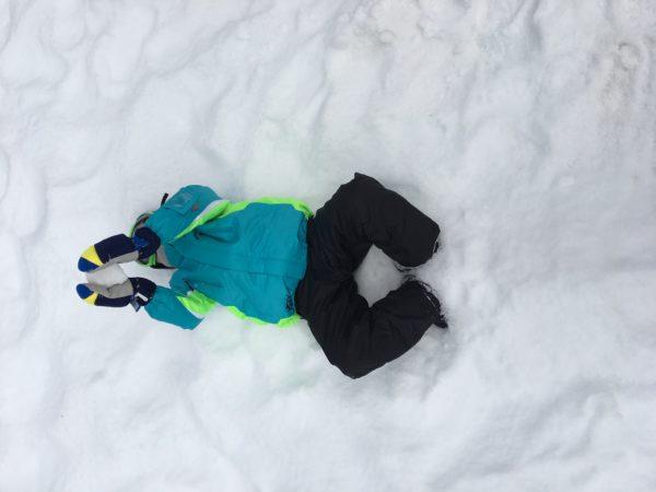 富士山こどもの国の雪の上に倒れている子供