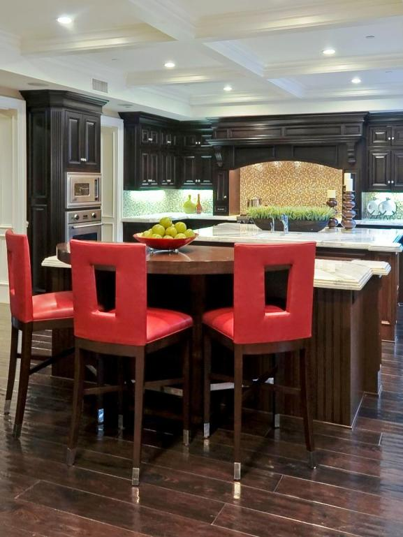 Menentukan Warna Cat Dapur Rumah - CI-SFA-Architects_Old-World-kitchen-red-barstools