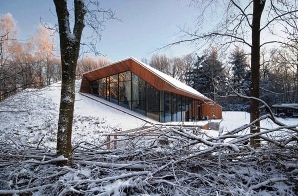 Tips Merenovasi Rumah Menjadi Type Minimalis - Modern-duch-cabin-camouflaged-by-an-artificial-hill