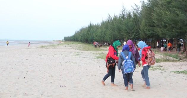 pengunjung wisata pantai karang jahe rembang