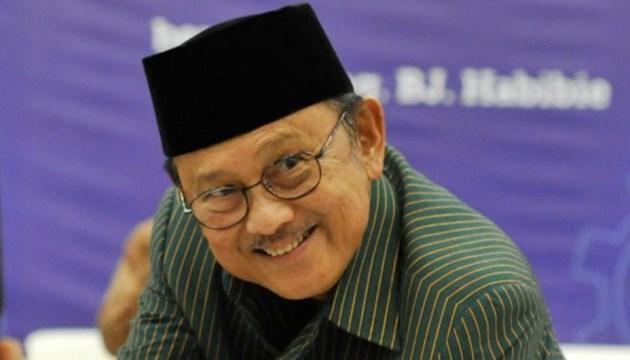 orang-terpintar-di-indonesia-saat ini bj-habibie-tersenyum