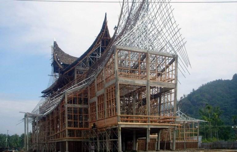 proses-pembuatan-rumah-adat-minangkabau bagonjong