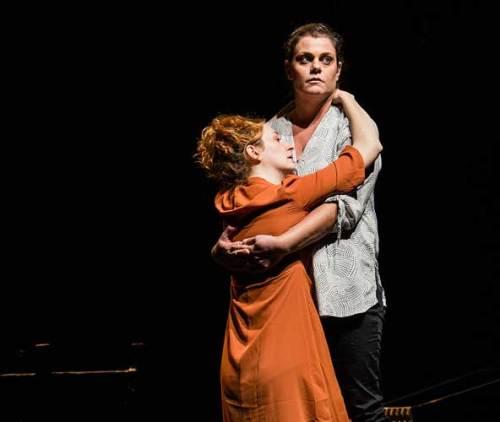 Valentina Picello e Chiara Stoppa nello spettacolo Aldilà di tutto