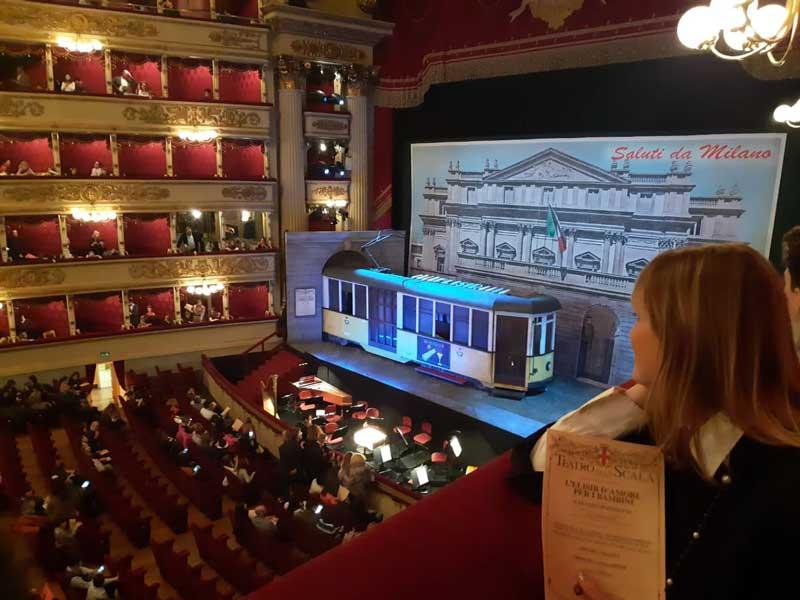 in attesa dello spettacolo L'elisir d'amore per bambini alla Scala