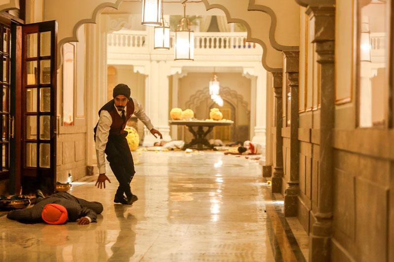 Dev Patel in una scena del film Hotel Mumbai - Photo: courtesy of M2 Pictures