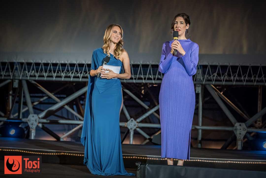 Giada Marsadri e Lili Hinstin annunciano i vincitori di Locarno 72 sul palco di Piazza Grande © Tosi Photography