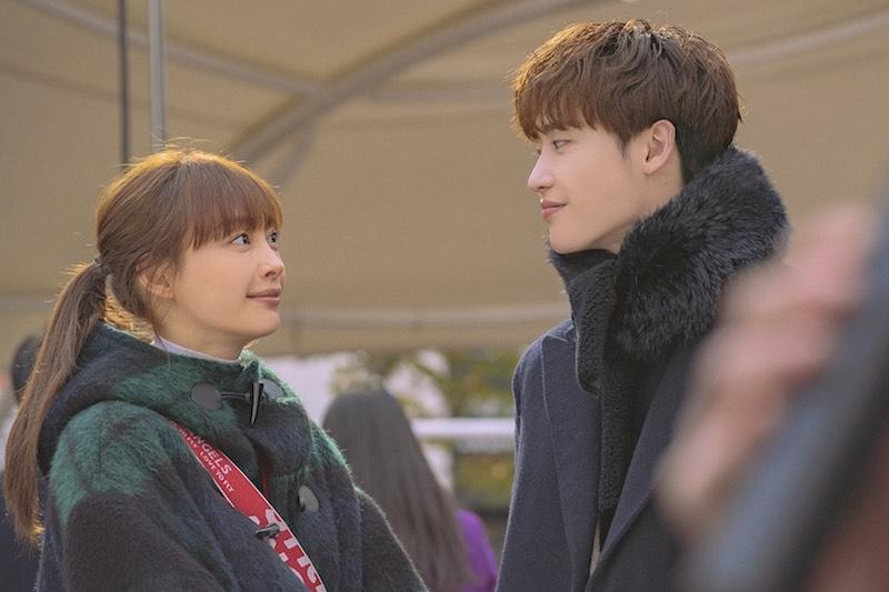 Lee Na-young e Lee Jong-suk in una scena di Romance is a Bonus Book. Photo: Courtesy of Netflix.