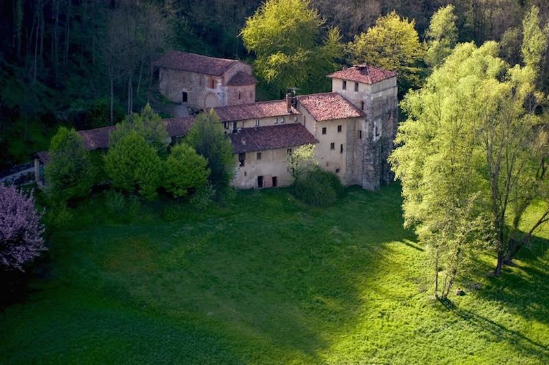Festa dei circondari, il Monastero di Torba. Foto: Giorgio Majno, 2005 © FAI - Fondo Ambiente Italiano.