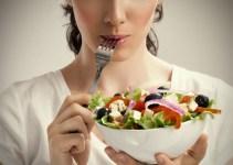 Makan salad pelan-pelan