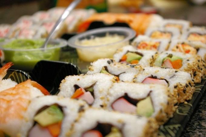 Sushi ala Indonesia berisi salmon dan alpukat