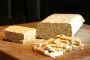 Tempe yang terbuat dari kedelai merupakan sumber protein