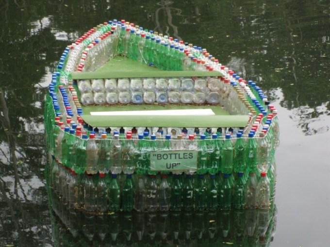Perahu dari botol bekas