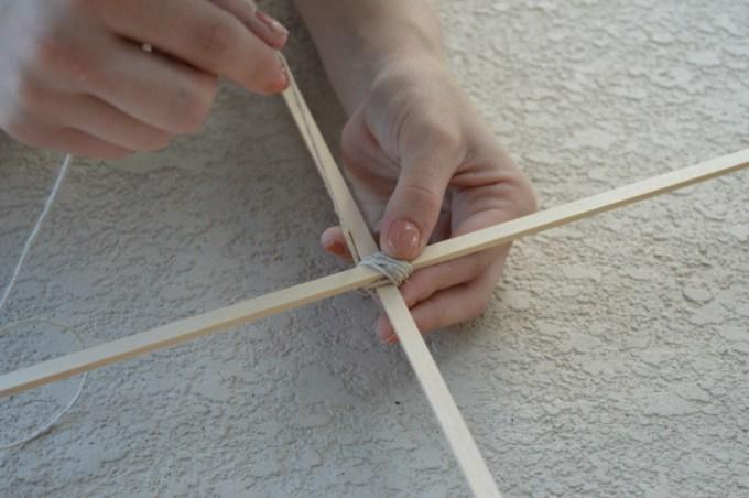 Menyatukan bambu kerangka layang-layang