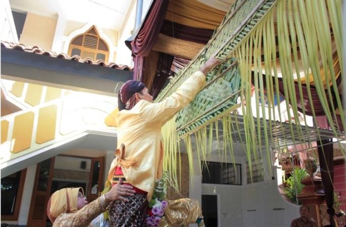 Salah satu tahapan dalam pernikahan adat Jawa adalah pasang tuwuhan