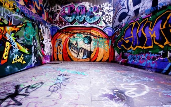 Gambar grafiti pada tembok yang luas