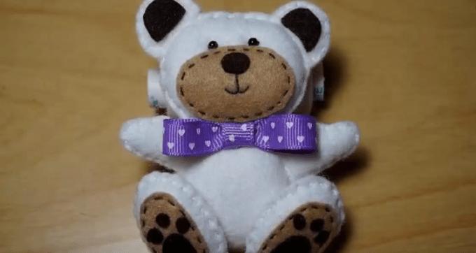 Boneka beruang dari kain flanel yang diberi pita