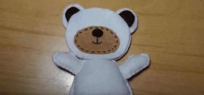 Menyatukan badan dengan kepala saat membuat boneka dari kain flanel