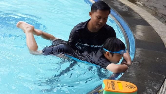 Belajar berenang dengan instruktur